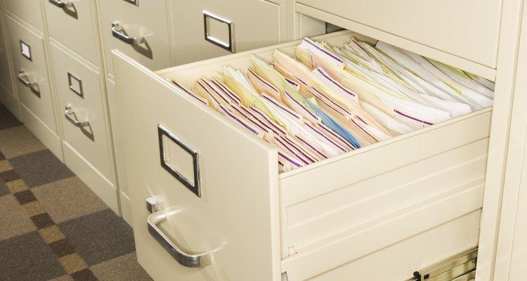 Archivar alfabéticamente simplifica las búsquedas de papeles de trabajo cuando son requeridos.