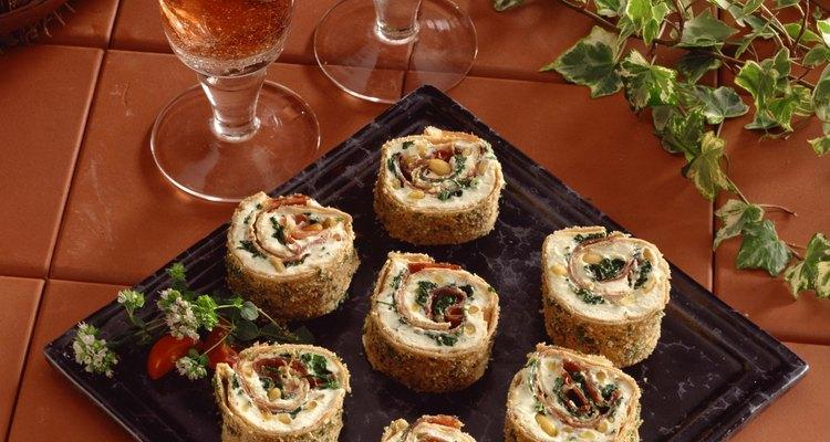 Rollos de tortilla, queso crema y verduras.