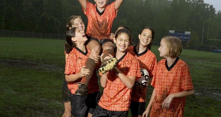 El fútbol juvenil es una manera de que los niños hagan amigos y se diviertan.