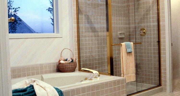 Los cordones de concreto rodean las duchas abiertas para retener el agua y suelen estar revestidos en baldosas.