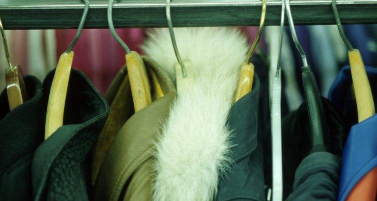 Uma variedade de jaquetas femininas e masculinas em cabides