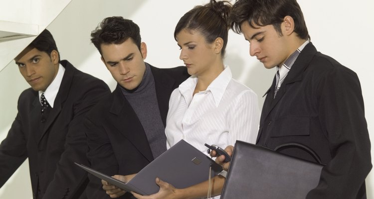 También existen muchas responsabilidades gerenciales que están bajo su responsabilidad.