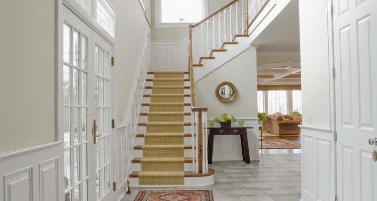 Colando tapetes em escadas