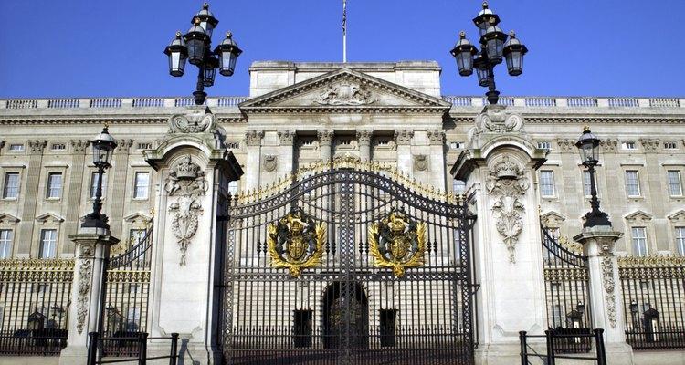 Atestigua la ceremonia de cambio de guardia en Buckingham Palace.