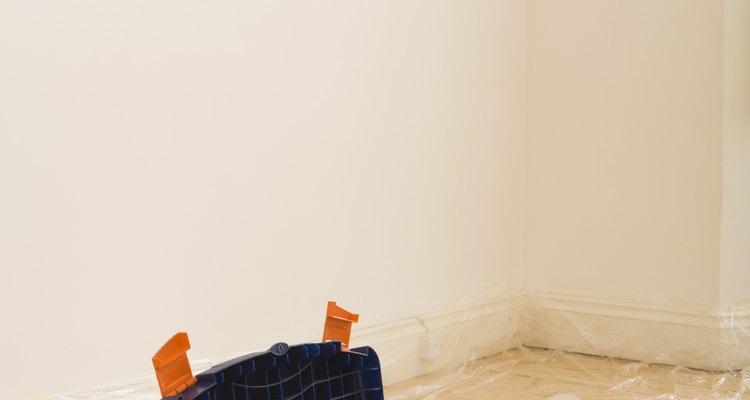 Aproximadamente un galón (3,8 litros) de pintura cubre 300 pies cuadrados (28 metros cuadrados) de pared.