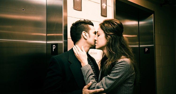Hay muchas razones por las que las personas se involucran en relaciones extramaritales.