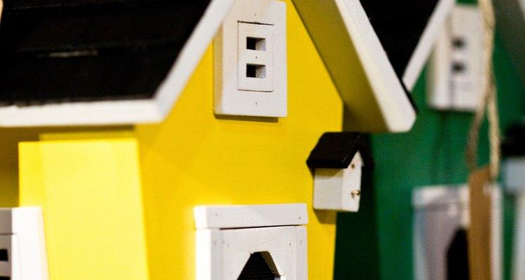 El pegamento para madera une las piezas de madera para hacer artesanías, como una casa de muñecas.
