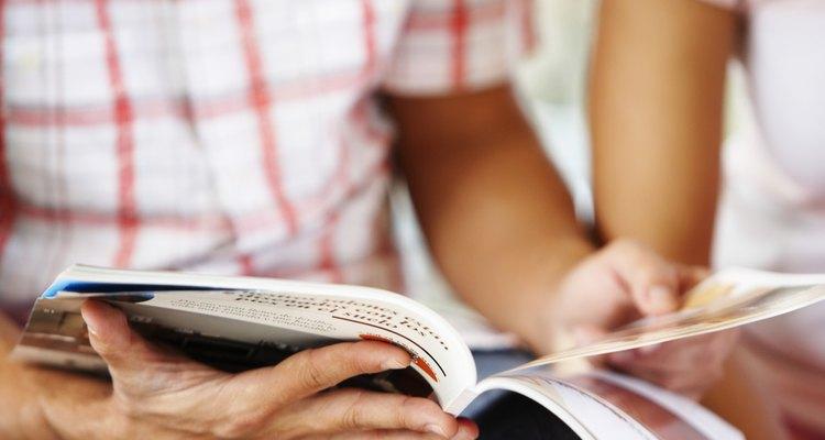 Casal lendo um livro