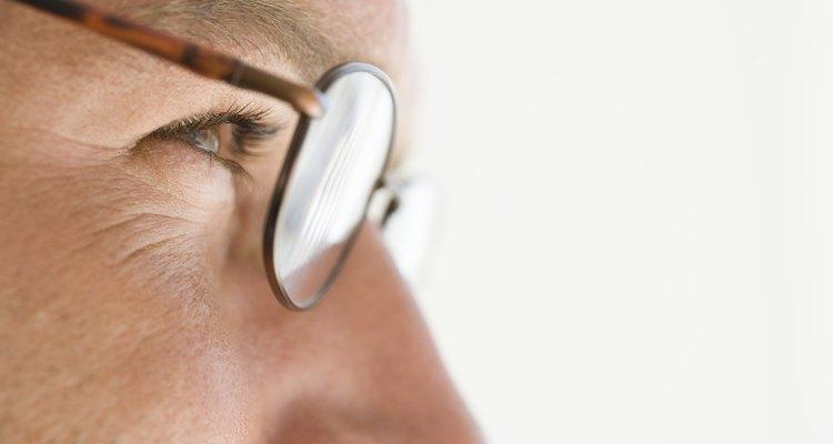 Ajustar as plaquetas dos óculos fará com que eles se encaixem melhor