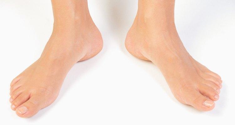 Meça os tornozelos de pé, para obter um número preciso