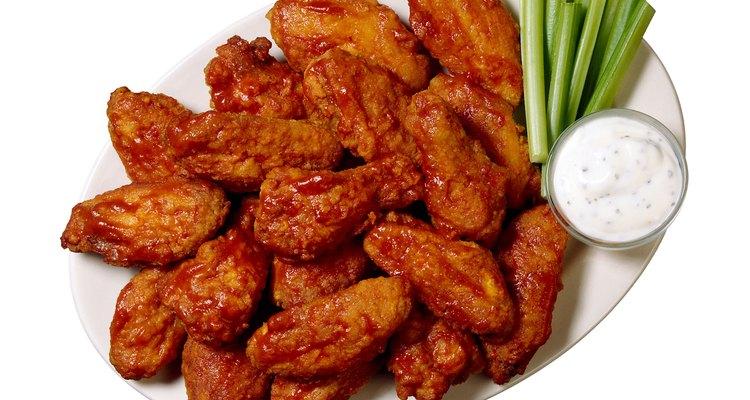 Los platos de alitas de pollo pueden colocarse basados en el tipo de salsa utilizada o en los niveles de picante.