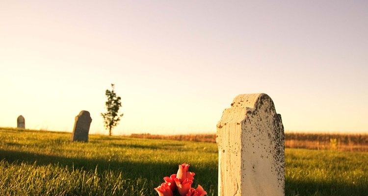 Visitar el cementerio donde se encuentra un ser querido es una forma común de recordarlo.