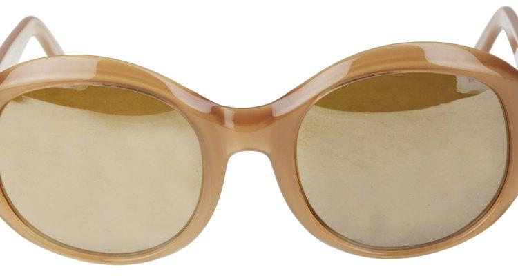 Aprende a reparar rasguños en tus lentes para sol.