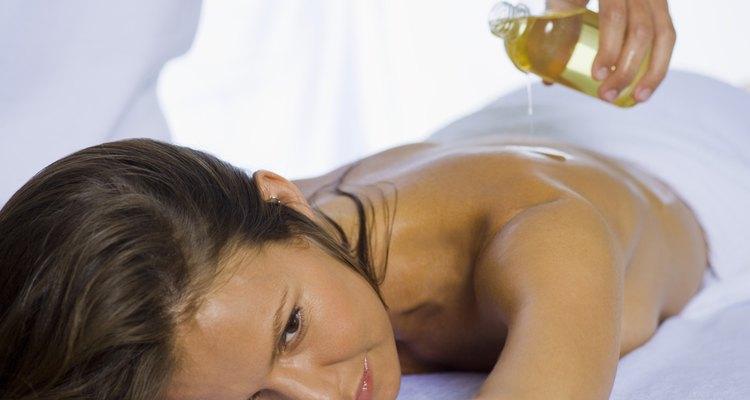 El aceite para masajes soluble en agua no manchará tu ropa o sábanas.