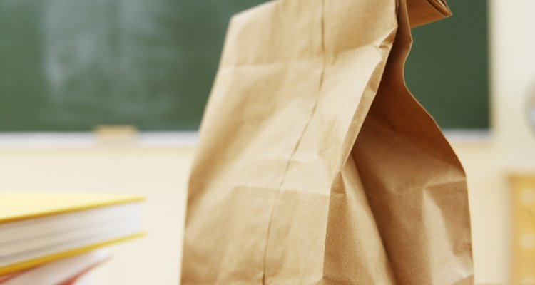 Seca las semillas de azucena en la bolsa de papel.
