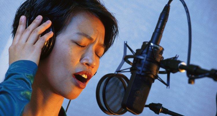 Microfones de condensador com diafragma largo são a escolha padrão para vocais em estúdio e rádio