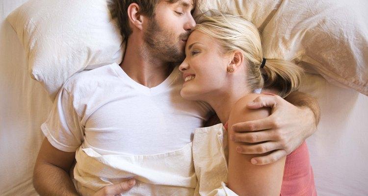 Casal sobre um lençol