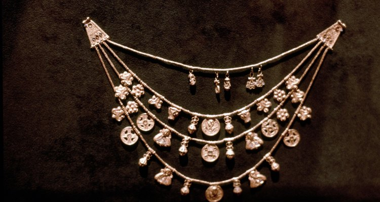 O que as marcas nas joias significam