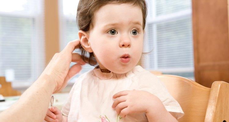 Sólo corta trozos de cabello agarrados entre los dedos, nunca cortes a mano alzada.