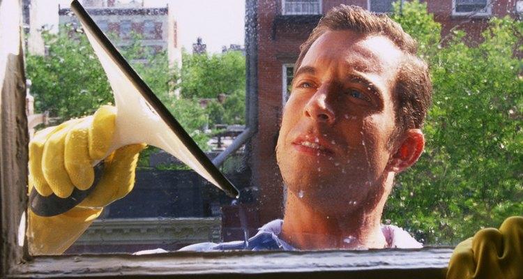 Deja tus ventanas relucientes con vinagre y amoniaco.