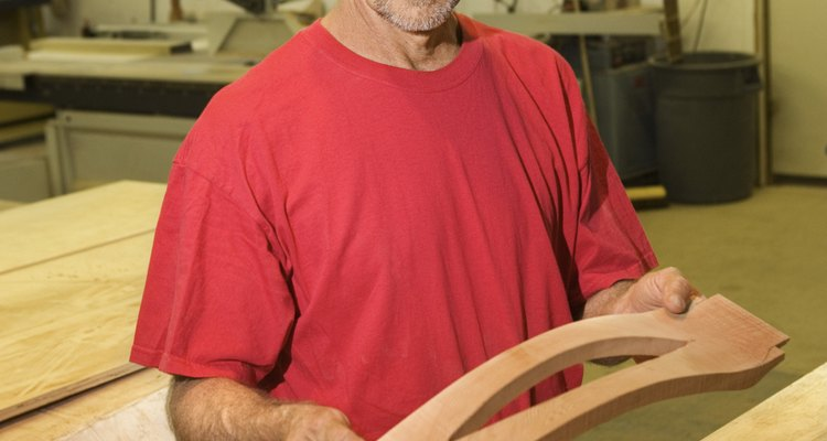 Los carpinteros profesionales y aficionados utilizan máquinas para dar forma a la madera.