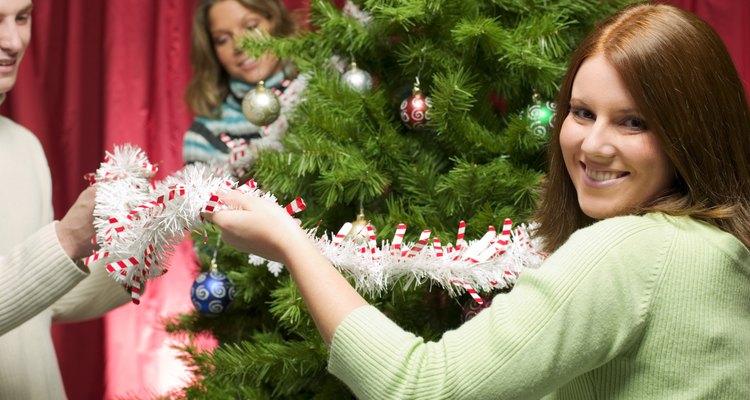 Aprende cómo vestirte para tu fiesta de Navidad familiar.