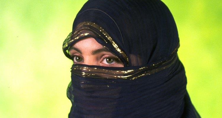 A maioria das mulheres muçulmanas não cobre a face, mas cobrir a face é fortemente associado ao Islã na Europa ocidental, Austrália e Estados Unidos