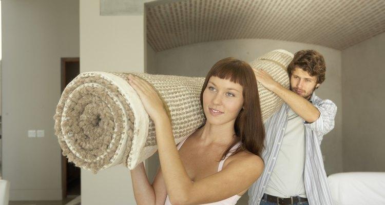 Cómo reparar los bordes de la alfombra.