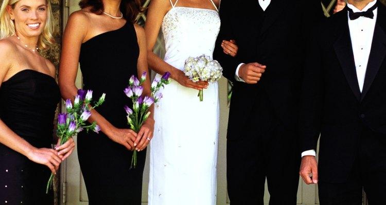 La madrina y el padrino juegan un papel importante en una boda.