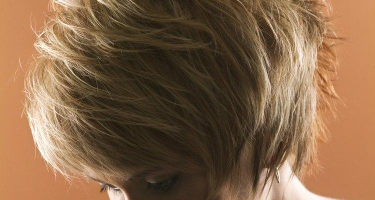 El cabello decolorado adquiere tonos amarillos y se pueden corregir usando una gorra de jabón.