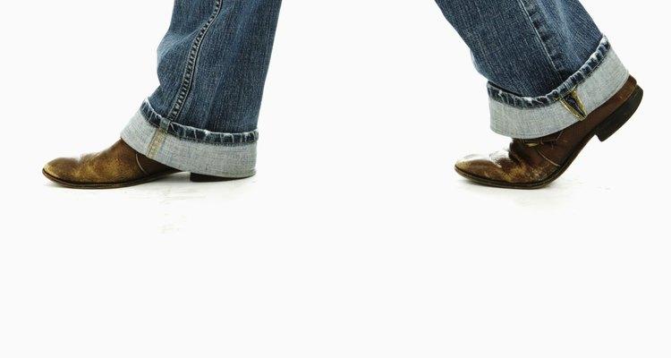 Caminar una larga distancia con botas podría verse genial, pero puede causar moretones y dolor en tus pies.