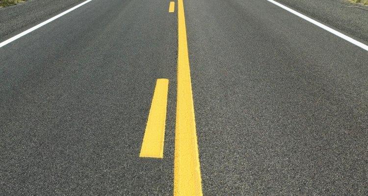 Las carreteras son pavimentadas con materiales asfálticos.