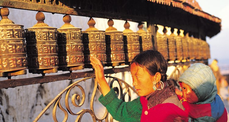 Los budistas le presentan la religión a los niños llevándolos a los templos.