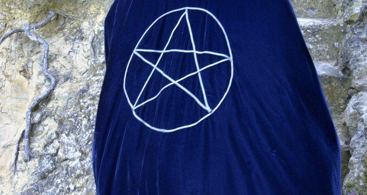 Las brujas pueden bordar pentagramas en sus túnicas.