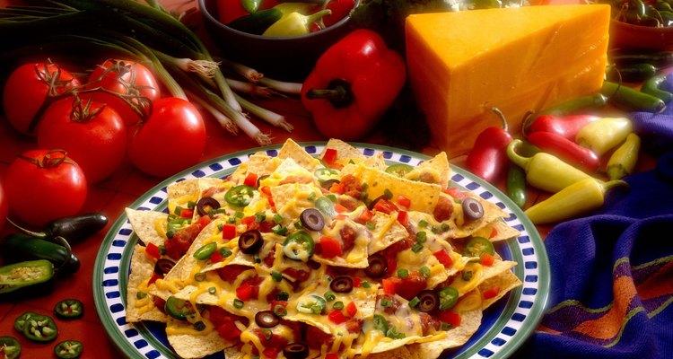 Faça nachos e margaritas e use pimentas para decorar sua festa mexicana
