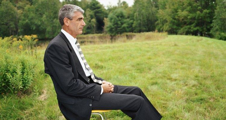 Un hombre en una crisis de mediana edad puede ser distante, estar confundido y generalmente irritable.