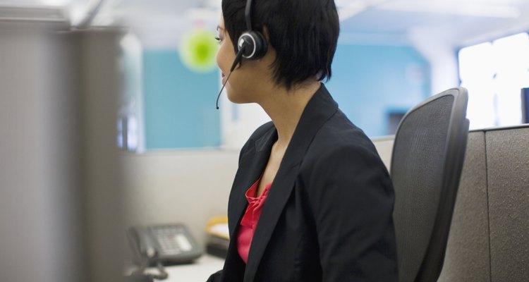 Recepcionistas passam horas ao telefone e falam como muitas pessoas