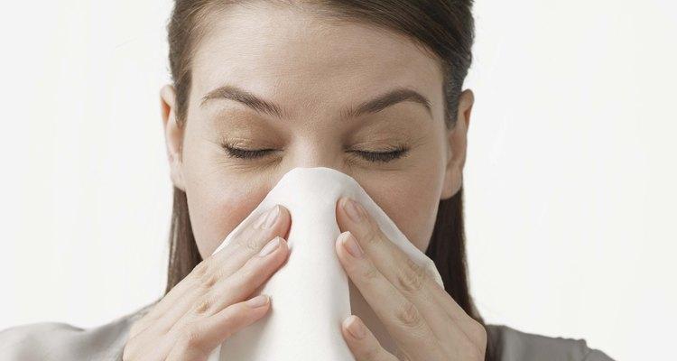 Assoar o nariz com frequência pode deixar o nariz vermelho, inchado e com fissuras
