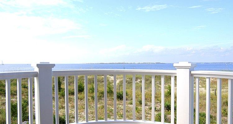 Una baranda bien instalada puede hacer de tu balcón un lugar placentero donde pasar el tiempo.