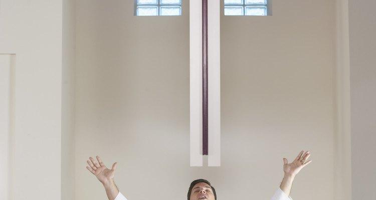 Los sacerdotes católicos dirigen los ritos funerarios.