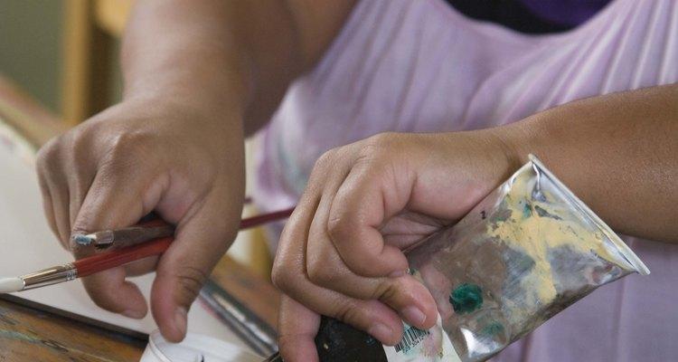 Usa pintura de acrílico de artista como tinte.