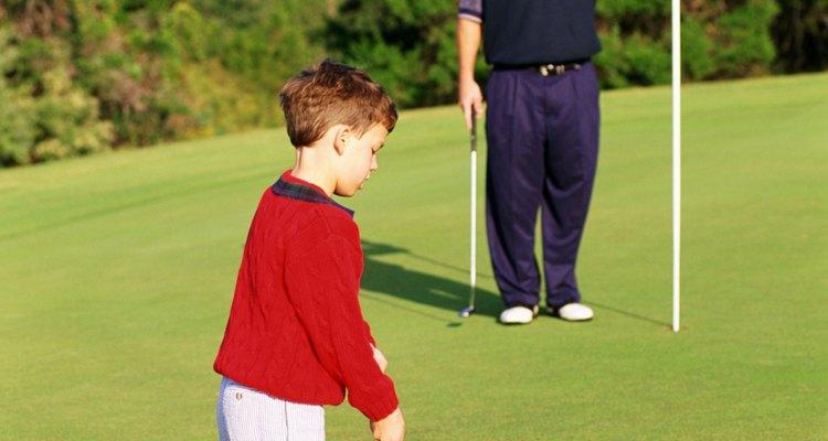 El golpe al green debería ser tu primer parada cuando le enseñas a tu hijo a jugar golf.