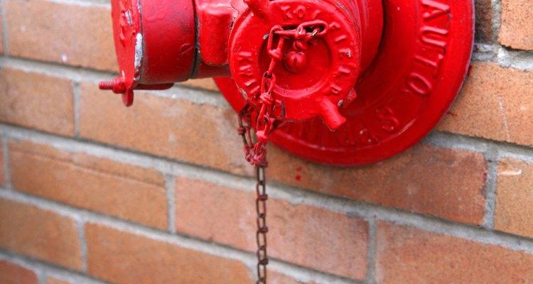Los bomberos emplean los hidrantes durante las emergencias.
