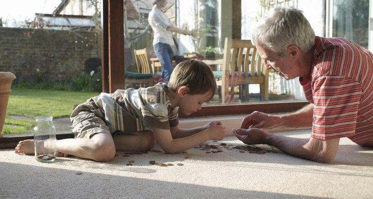 Abuelo y nieto en la alfombra.
