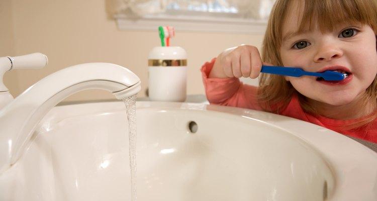Los niños pequeños pueden cepillarse con pasta de dientes, siempre y cuando no contenga fluoruro.