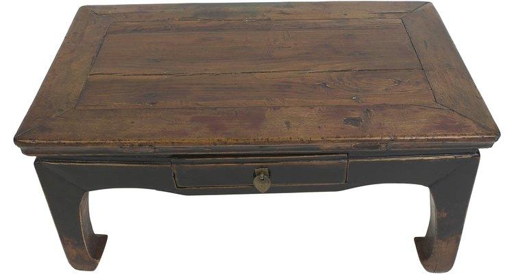 Dale a una mesa de centro vieja un aspecto fresco con una capa de pintura.