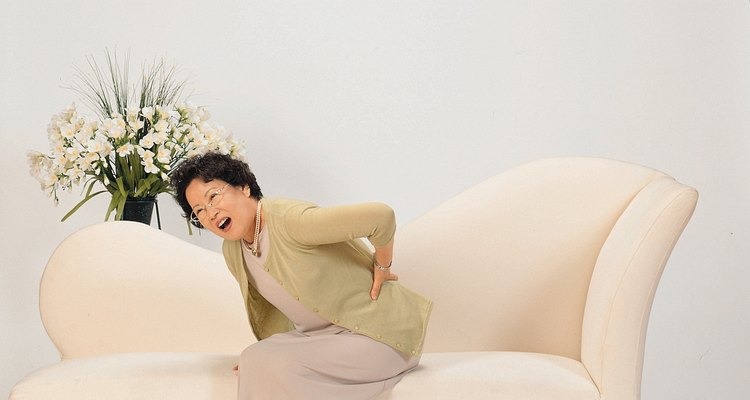 El dolor de espalda y el adormecimiento de las piernas son síntomas de ciática.