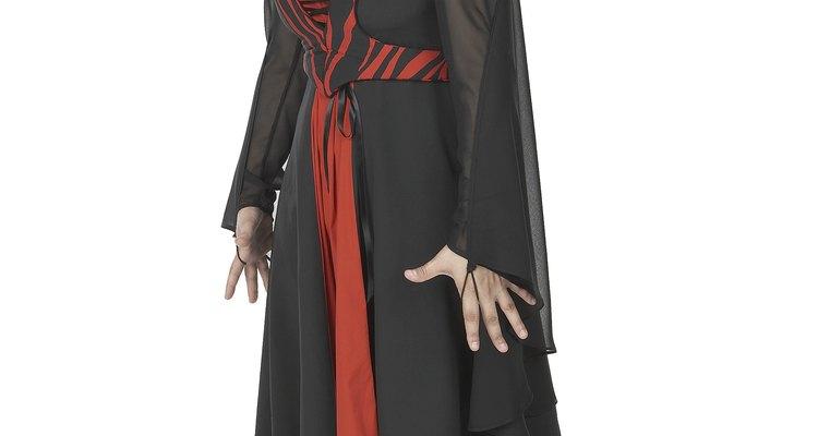 Este es un disfraz de vampiro fácil de hacer e ideal para las adolescentes.