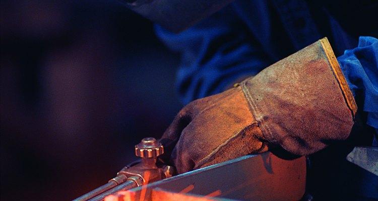 Un operador utiliza un soplete de corte.
