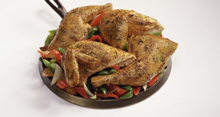 Usa un un dip en queso azul para cortar con el calor de las alitas de pollo picantes.